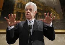 Primeiro-ministro italiano, Mario Monti, gesticula durante coletiva de imprensa em Roma, Itália. Monti afirmou na quinta-feira que a diferença entre o rendimento dos títulos italianos e alemães diminuiu graças ao retorno da confiança do investidor na Itália e disse esperar que a tendência se mantenha. 28/12/2012 REUTERS/Tony Gentile