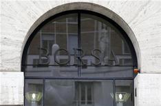 L'ingresso principale della Borsa di Milano in Piazza degli Affari. 10 dicembre, 2012. REUTERS/Stefano Rellandini