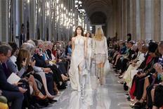 Una sfilata delle creazioni di Salvatore Ferragamo al museo del Louvre a Parigi, 12 giugno 2012. REUTERS/Benoit Tessier