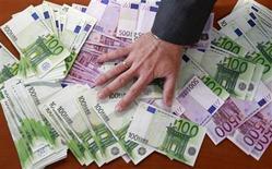 Les dépôts bancaires des particuliers et des entreprises des pays en difficulté de la zone euro sont restés globalement stables en novembre, ce qui témoigne d'un début de retour de la confiance. /Photo d'archives/REUTERS/Andrea Comas