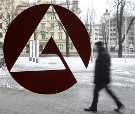 A man walks behind the labour office sign of an unemployment center in Munich (Archiv) REUTERS/Michaela Rehle (GERMANY)