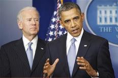 """Presidente dos EUA, Barack Obama, faz declaração ao lado do vice-presidente, Joe Biden (E), após decisão da Câmara dos Deputados para agir sobre o abismo fiscal, na Casa Branca, em Washington. Obama, e os congressistas republicanos podem ter que enfrentar batalhas orçamentárias ainda maiores nos próximos dois meses, depois que um duro acordo evitou por pouco o chamado """"abismo fiscal"""", uma combinação devastadora de aumentos de impostos e cortes de gastos. 01/01/2013 EUTERS/Jonathan Ernst"""