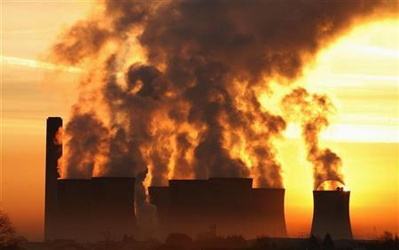 The sun rises behind Fiddlers Ferry coal fired power station near Liverpool, northern England, December 15 2008. REUTERS/Phil Noble