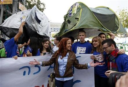 Labour party candidate Stav Shaffir (C) stands with supporters during a mock election at a high school in Ramat Gan near Tel Aviv December 6, 2012. REUTERS-Amir Cohen