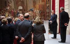 François Hollande a invité jeudi à l'Elysée les membres du gouvernement à désormais respecter sans discussion les arbitrages de Jean-Marc Ayrault, dont l'autorité a été mise à mal par le cavalier seul de plusieurs ministres. /Photo prise le 3 janvier 2013/REUTERS/Philippe Wojazer