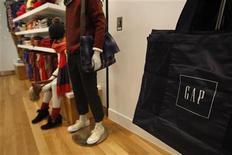 La chaîne de magasins de vêtements Gap a conclu le rachat de l'enseigne de vêtements de luxe pour femmes Intermix pour un montant de 130 millions de dollars (99 millions d'euros environ), selon le Wall Street Journal, qui cite le fondateur d'Intermix. Intermix possède une trentaine de magasins aux Etats-Unis et au Canada. /Photo d'archives/REUTERS/Tyrone Siu