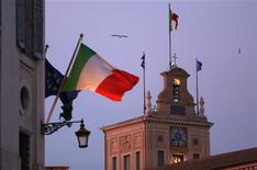 """Mario Monti, que aspira a un segundo mandato como primer ministro de Italia, dijo el jueves que la exclusión de elementos """"extremos"""" de los principales sectores políticos del país facilitaría avanzar con las reformas económicas. En la imagen, el palacio presidencial del Quirinale, en Roma, el 22 de diciembre de 2012. REUTERS/Alessandro Bianchi"""