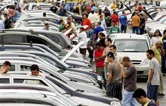 Visitantes olham carros usados em feira de carros em São Paulo, em setembro de 2008. A venda de automóveis e comerciais leves novos no Brasil em 2012 cresceu 6 por cento sobre o ano anterior, para 3,634 milhões de unidades, batendo o sexto recorde anual consecutivo. 7/09/2008 REUTERS/Rodrigo Paiva /Files