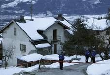 Un homme a tué par balles trois personnes et en a blessé deux autres dans le village suisse de Daillon, près de la ville de Sion, dans le canton du Valais. L'homme a menacé les policiers qui lui ont tiré dessus et l'ont blessé avant de l'arrêter. /Photo prise le 3 janvier 2013/REUTERS/Denis Balibouse