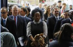 """Foto de archivo de un grupo de postulantes a empleos en una feria laboral en Nationals Park, EEUU, dic 5 2012. Los empleadores del sector privado estadounidense incorporaron más puestos de lo esperado el mes pasado pese a los temores sobre el """"abismo fiscal"""", lo que ayudó al mercado laboral a cerrar el 2012 con un tono positivo, según un reporte que divulgó el jueves una firma procesadora de nóminas. REUTERS/Gary Cameron"""