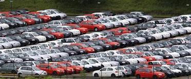 Foto de archivo de una serie de vehículos nuevos estacionados en la planta de la firma Volskwagen en Sao Bernardo do Campo, Brasil, mar 2 2011. Las ventas de automóviles y utilitarios comerciales livianos nuevos en Brasil subieron 6 por ciento el año pasado a 3,634 millones de unidades, el sexto récord anual consecutivo, dijo el jueves una fuente con acceso a los datos de patentamientos. REUTERS/Paulo Whitaker