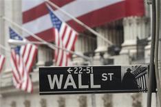 Wall Street a ouvert la séance de jeudi en légère baisse, les investisseurs sécurisant leurs gains après le rally de la veille. Après avoir gagné 2,35% mercredi, l'indice Dow Jones cédait 0,17%, dans les premiers échanges. Le Standard & Poor's reculait de 0,12% et le Nasdaq Composite cédait 0,2%. /Photo d'archives/REUTERS/Chip East