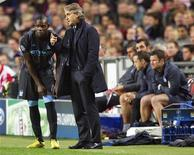 L'attaquant de Manchester City Mario Balotelli (à gauche) et son entraîneur, Roberto Mancini, ont eu une vive altercation et ont failli en venir aux mains jeudi lors d'un entraînement, rapporte le Manchester Evening News. /Photo d'achives/REUTERS/Michael Kooren