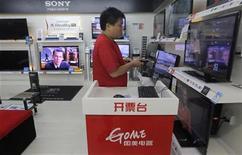 Imagen de archivo de un asistente de ventas al interior de una tienda de artículos electrónicos GOME en Wuhan, China, jun 27 2012. El crecimiento del sector servicios de China se aceleró en diciembre a su ritmo más rápido en cuatro meses, sumándose a las señales de una modesta reactivación de fin de año en la segunda mayor economía del mundo. REUTERS/Stringer
