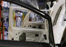 La realizzazione di una Punto nell'impianto di Melfi. REUTERS/Ciro De Luca