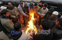 Un grupo de personas se reúne en torno a una fogata en Srinagar, India, dic 27 2012. El clima más frío en al menos 44 años en el norte de India ha provocado la muerte de más de 100 personas sin hogar, dijo el jueves un grupo humanitario. REUTERS/Danish Ismail