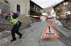 Un oficial de policía abandona la escena donde ocurrió un delito en Daillon, Suiza, ene 3 2013. Tres personas murieron y dos resultaron heridas a última hora del miércoles cuando un hombre armado abrió fuego en la localidad suiza de Daillon, dijo el jueves la policía suiza. REUTERS/Denis Balibouse