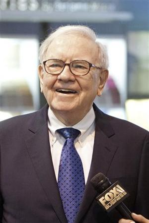Warren Buffett tours the trade show floor during the Berkshire Hathaway Annual shareholders meeting in Omaha, May 5, 2012. REUTERS/Lane Hickenbottom (UNITED STATES - Tags: BUSINESS)