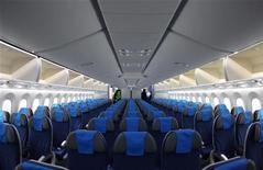 Boeing est virtuellement assuré de reprendre la place de numéro un mondial de l'aéronautique occupée pendant une décennie par Airbus. Le constructeur américain dit avoir enregistré 1.203 commandes nettes en 2012 et avoir livré 601 nouveaux appareils. /Photo prise le 17 décembre 2012/REUTERS/Heinz-Peter Bader