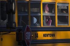 Estudantes da escola primária Sandy Hook são vistos a caminho de sua nova escola em Monroe, nos EUA. Centenas de crianças que escaparam do ataque à escola em Newtown, Connecticut, no mês passado, voltaram às aulas nesta quinta-feira pela primeira vez desde que um atirador invadiu a escola e matou 20 alunos e seis funcionários. 03/01/2012 REUTERS/Shannon Stapleton
