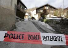 Fita policial isola casa no vilarejo suíço de Daillon. Três mulheres morreram e dois homens ficaram feridos na noite de quarta-feira, quando um homem armado abriu fogo no vilarejo, informaram na quinta-feira a polícia e procuradores suíços. REUTERS/Denis Balibouse 03/01/2013