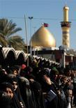Al menos 27 peregrinos chiíes murieron el jueves en un atentado suicida en la estación de buses en la ciudad iraquí de Mussayab, hasta donde habían acudido fieles musulmanes para regresar a casa tras un ritual religioso, dijeron médicos y policías. En la imagen, peregrinos asisten a la ceremonia religiosa de Arbain, en Kerbala, unos 80 kilómetros al suroeste de Bagdad, el 3 de enero de 2013. REUTERS/Mohammed Ameen