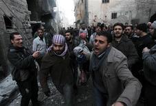 La cifra de muertos en Siria supera ya los 60.000, según Naciones Unidas. Otros 100.000 podrían morir este año, advirtió el enviado de Naciones Unidas y la Liga Árabe, Lajdar Brahimi. Sólo el miércoles fallecieron unas 220 personas. En la imagen, hombres cargan el cuerpo de una persona que según activistas murió durante un bombardeo de fuerzas leales al presidente sirio, Bashar el Asad, en la zona de al Ansari en Alepo, el 3 de enero de 2012. REUTERS/Muzaffar Salman