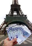 L'économie est la priorité du gouvernement pour 2013, une année cruciale pour la réussite du quinquennat de François Hollande, mais la feuille de route du premier semestre est maigre et le gouvernement semble surtout compter sur l'impact psychologique du crédit d'impôt compétitivité annoncé fin 2012 et une amélioration des perspectives en Europe et dans le reste du monde. /Photo d'archives/REUTERS/Charles Platiau