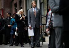 Los empleadores del sector privado de Estados Unidos aumentaron sus contrataciones en diciembre, lo que sugirió una mejora en la situación de la economía hacia fin de año, incluso en medio de la crisis presupuestaria. En esta imagen de archivo, aspirantes en una cola para reunirse con posibles empleadores en una feria de empleo en Nueva York, el 24 de octubre de 2012. REUTERS/Mike Segar