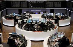 El índice panaeuropeo de acciones cerró el jueves al alza ayudado por unos datos de empleo en Estados Unidos mejores a lo esperado y fuertes subidas de la bolsa suiza tras un festivo nacional. En la image, operadores en sus mesas frente al índice DAX en la Bolsa de Fráncfort, el 13 de diciembre de 2012. REUTERS/Remote/Pawel Kopczynski
