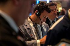 Wall Street cerró con ligeros descensos el jueves después de que las minutas de la última reunión de la Reserva Federal mostraran la creciente preocupación por los riesgos de su política de estímulo monetario, dando una excusa a los inversores para retirarse tras un fuerte repunte. En la imagen, operadores en la Bolsa de Nueva York, el 2 de enero de 2013. REUTERS/Keith Bedford