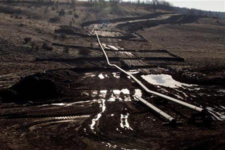 A natural gas pipeline is seen under construction near East Smithfield in Bradford County, Pennsylvania, January 7, 2012. REUTERS/Les Stone