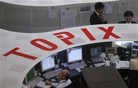 Tokyo Stock Exchange (TSE) employees are seen at the bourse before a ceremony marking the end of trading in 2012, at the Tokyo Stock Exchange in Tokyo December 28, 2012. REUTERS/Kim Kyung-Hoon
