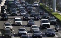 Les ventes de voitures ont augmenté de 9,1% aux Etats-Unis en décembre, couronnant ce qui restera comme la meilleure année depuis 2007, même si les constructeurs américains ont perdu des parts de marché face à la concurrence étrangère. /Photo prise le 21 novembre 2012/REUTERS/Jonathan Alcorn