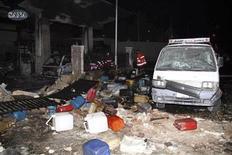 Al menos 11 personas murieron y 40 resultaron heridas cuando un coche bomba explotó el jueves en una gasolinera en la capital siria, Damasco, dijeron activistas opositores. En la imagen, el estado en que quedó la gasolinera en el distrito de Barzeh al Balad, Damasco, el 3 de enero de 2013. REUTERS/Sana