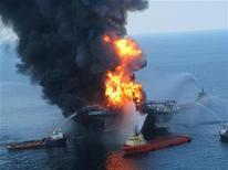 El operador de plataformas petroleras Transocean ha acordado pagar 1.400 millones de dólares (1.073 millones de euros) para resolver los cargos presentados por el Gobierno de Estados Unidos tras el enorme derrame de petróleo en un pozo de BP en el Golfo de México en 2010. En la imagen, barcos de emergencia tratan de contener las llamas tras la explosión en la Costa de Louisiana, el 21 de abril de 2010. REUTERS/U.S. Coast Guard/Handout