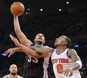 Boris Diaw, des San Antonio Spurs (à gauche), aux prises avec J.R. Smith, des New York Knicks, jeudi au Madison Square Garden. Les Knicks ont mis fin à une série de sept victoires consécutives des Spurs en s'imposant 100-83 devant leur public. /Photo prise le 3 janvier 2013/REUTERS/Ray Stubblebine