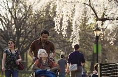 Con su bajo costo de vida, su clima templado y las propiedades a precios bajos, Ecuador encabezó por quinto año consecutivo la lista de destinos en el extranjero preferidos por los norteamericanos, en la que España aparecía en el octavo puesto. En la imagen de archivo, una mujer empujada en su silla de ruedas en Central Park, Nueva York, el 22 de marzo de 2012. REUTERS/Lucas Jackson
