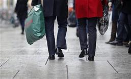 Les ventes de détail ont rebondi de 1,2% au mois de novembre en Allemagne après un recul de 1,3% en octobre (-2,8% en données préliminaires). /Photo d'archives/REUTERS/Johannes Eisele