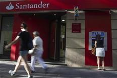Santander supprimera 3.000 emplois une fois finalisée l'absorption de sa filiale Banesto, selon le quotidien espagnol Cinco Dias, qui cite des sources syndicales et proches du dossier. /Photo prise le 26 juillet 2012/REUTERS/Susana Vera