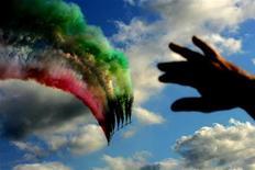 """Uno spettacolo delle """"Frecce Tricolori"""" all'aeroporto militare di Pisa. REUTERS/Max Rossi"""