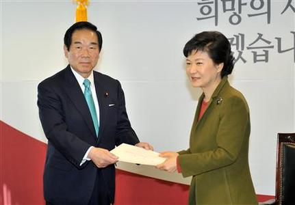 South Korea's President-elect Park Geun-Hye (R) receives a document from Fukushiro Nukaga, a special envoy of Japan's Prime Minister Shinzo Abe, during their meeting at her office in Seoul January 4, 2013. REUTERS/Jung Yeon-Je/Pool