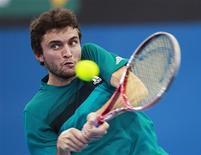 Le Français Gilles Simon, tête de série numéro trois du tournoi ATP de Brisbane, a été éliminé vendredi en quart de finale par Marcos Baghdatis en deux manches, 6-3 6-4. /Photo prise le 4 janvier 2013/REUTERS/Daniel Munoz