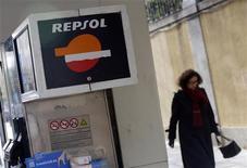 La petrolera española Repsol tomará medidas legales contra Bridas International después de que la argentina se aliase con YPF para explotar el yacimiento petrolífero de Vaca Muerta en Argentina. En la imagen, una mujer pasa junto a una gasolinera de Repsol en Madrid, el 23 de noviembre de 2012. REUTERS/Andrea Comas