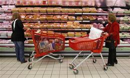 L'inflation dans la zone euro s'est maintenue à 2,2% en rythme annuel en décembre, comme au mois de novembre, selon Eurostat, la hausse des prix de l'alimentation et des services ayant éclipsé le ralentissement de la hausse des coûts de l'énergie. /Photo prise le 18 octobre 2012/REUTERS/José Manuel Ribeiro
