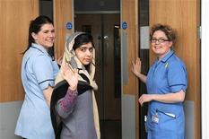 La niña paquistaní a la que los talibanes dispararon en la cabeza por defender la educación de las niñas ha recibido el alta del hospital después de que los médicos dijeran que estaba lo bastante bien como para recuperarse junto a su familia. En la imagen, Malala Yousufzai (C) saluda junto a sus enfermeras tras recibir el alta del hospital Queen Elizabeth de Birmingham, el 4 de enero de 2013. REUTERS/Queen Elizabeth Hospital Birmingham/Handout