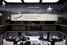 Les Bourses européennes sont en repli à la mi-séance, avant le rapport sur l'emploi du mois de décembre aux Etats-Unis et au lendemain de la publication du compte rendu de comité de politique monétaire de la Fed des 11-12 décembre laissant augurer une politique monétaire moins accommodante. Vers 12h45, le CAC 40 recule de 0,51% à Paris, le Dax cède 0,28% à Francfort et le FTSE recule de 0,10% à Londres. /Photo prise le 4 janvier 2013/REUTERS/Remote/Joachim Herrmann