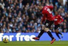 L'attaquant de Manchester United Wayne Rooney n'est pas remis de sa blessure au genou et son retour sur les pelouses n'interviendra pas avant deux semaines, selon son entraîneur, Alex Ferguson. /Photo prise le 9 décembre 2012/REUTERS/Eddie Keogh