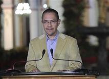 Ministro da Comunicação da Venezuela, Ernesto Villegas, afirmou que presidente Hugo Chávez está com grave infecção pulmonar. 03/01/2013 REUTERS/Miraflores Palace/Handout