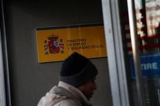 El paro volvió a ser el problema más mencionado por los españoles en el barómetro del Centros de Investigaciones Sociológicas, publicado el viernes, poco después de que se conocieran los últimos datos de desempleo en España. En la imagen, un hombre entra en una oficina de empleo en Madrid, el 3 de enero de 2013. REUTERS/Susana Vera